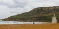 Vacanze al mare in Grecia e a Malta: le spiagge di Ramla L-Hamra (Isola di Gozo) e Santorini